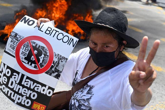 Bij de protesten werd onder meer een bitcoin-betaalautomaat in brand gestoken.
