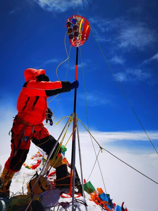 De Chinezen meten hoe hoog de Mount Everest nu precies is.