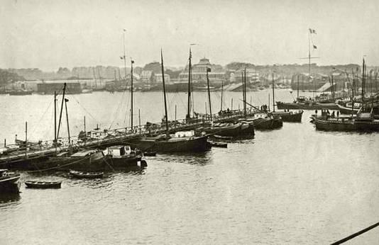 Via de pontonbrug aan het Steen vluchtten duizenden Antwerpenaren de stad uit tijdens de opmars van de Duitsers.