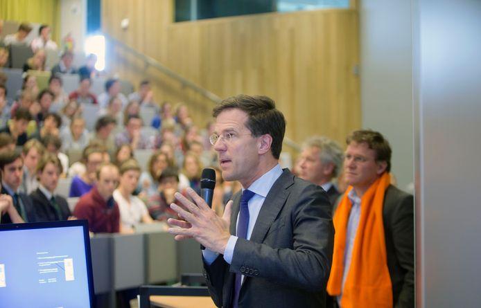 Premier Mark Rutte spreekt de Wageningse studenten toe. Foto: Herman Stöver