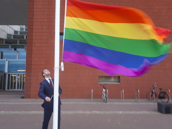 Hijsen van de regenboogvlag door wethouder Derk Alssema in Goes.