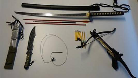 Bij het doorzoeken van woningen in Rotterdam is beslag gelegd op messen, een zwaard en een kruisboog.