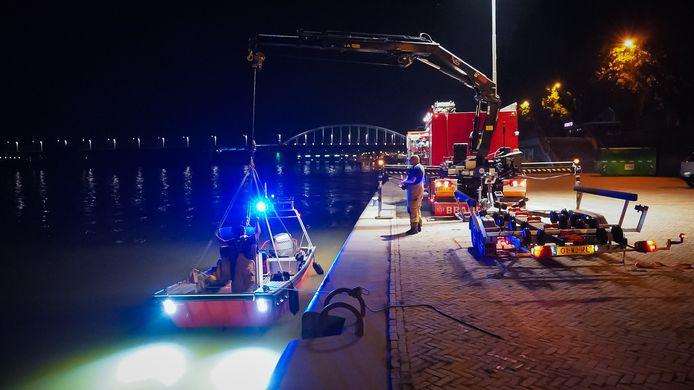 De brandweer aan de Nieuwe Kade in Arnhem bezig met een reddingsactie nadat een vrouw in de Rijn was gesprongen.