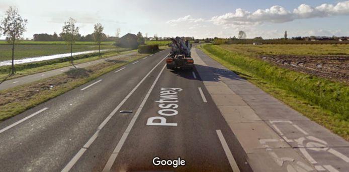 De passeerstroken voor landbouwverkeer op de Postweg bij Poortvliet zijn straks verleden tijd. De nieuwe landbouwroute komt links van het fietspad.