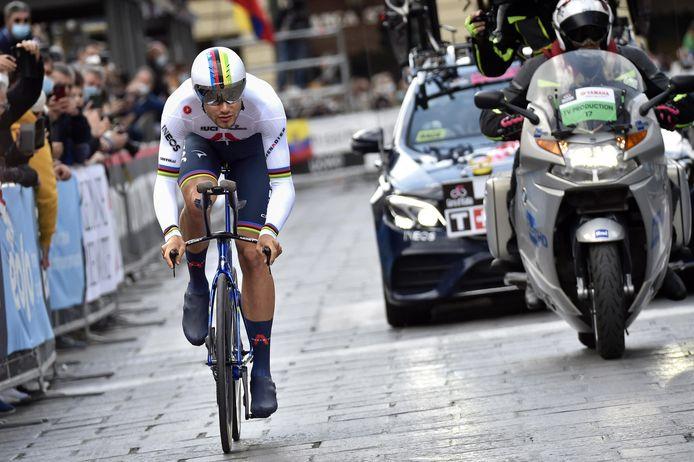 Filippo Ganna won met overmacht de openingstijdrit.