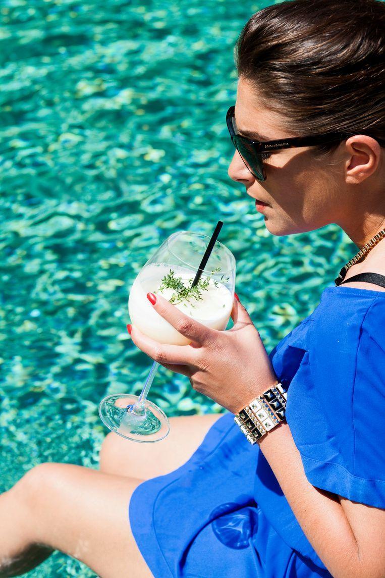 Zonnige Ibiza-vibes creëer je met deze Frozen peach sangria.  Beeld njam.tv