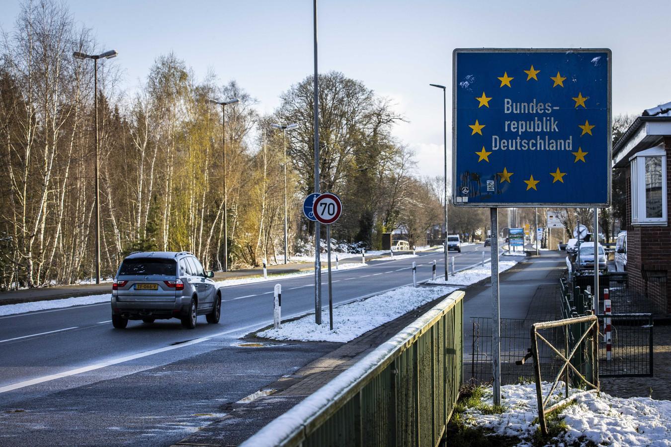 Nederlanders passeren de Duitse grens bij de grensovergang tussen Denekamp en Nordhorn  Het Duitse beleid wordt aangescherpt vanwege het hoge aantal coronabesmettingen in Nederland.