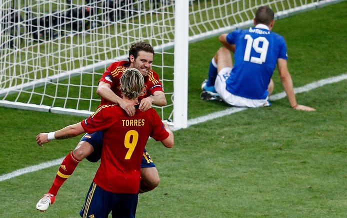 Juan Mata valt Fernando Torres in de armen tijdens de EK-finale van 2012.