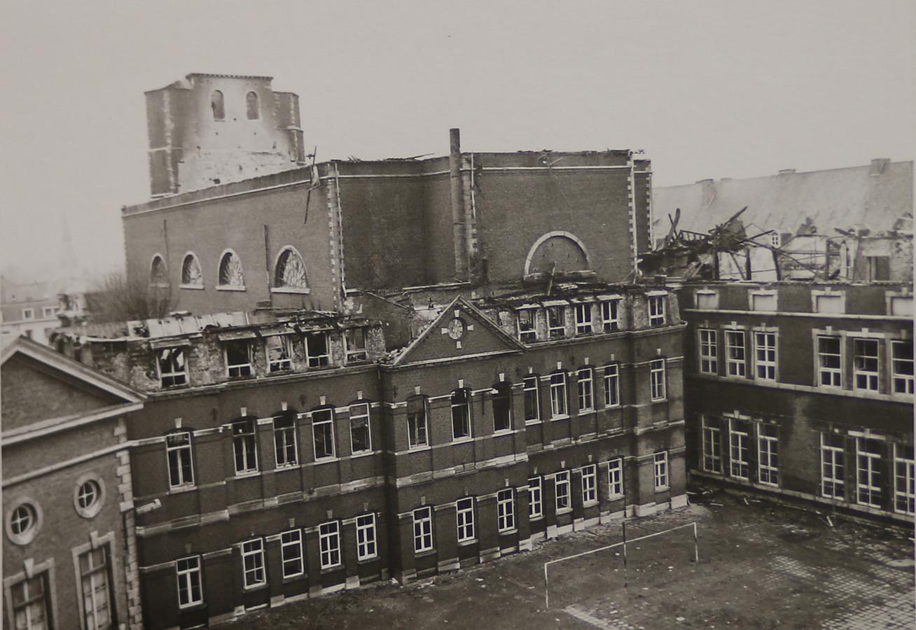 Het dak van het abdij-internaat brandde volledig af.
