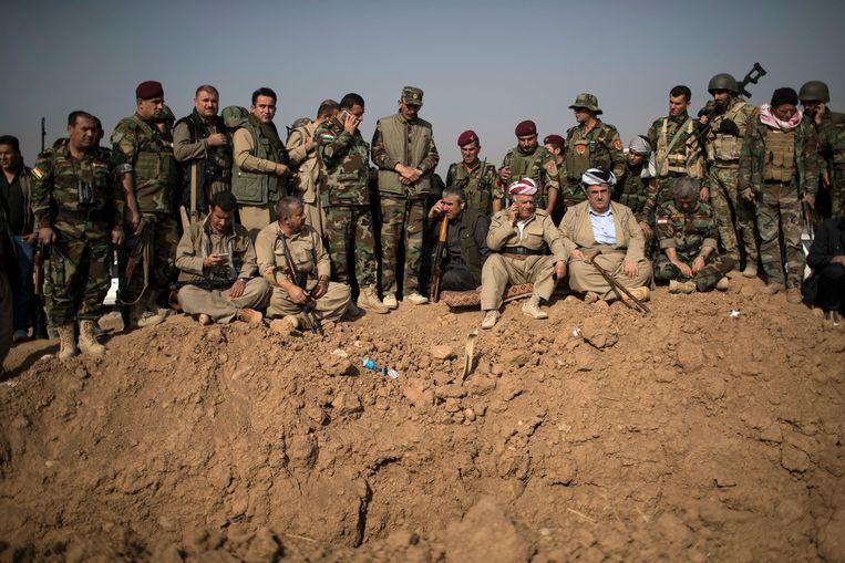 Koerdische Peshmerga strijders overzien de positie van Islamitische Staat tijdens hevige gevechten ten oosten van Mosul in 2016. Beeld AP