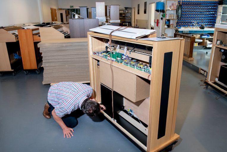 In de orgelkast komen moederborden, printplaten met chips, versterkers, verbindingen en speakers. Beeld Trouw,  Bram Petraeus
