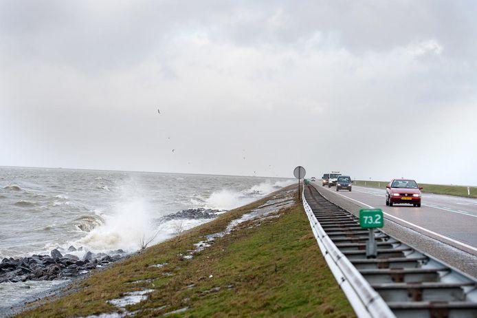 Archieffoto van de dijk tussen Enkhuizen en Lelystad.