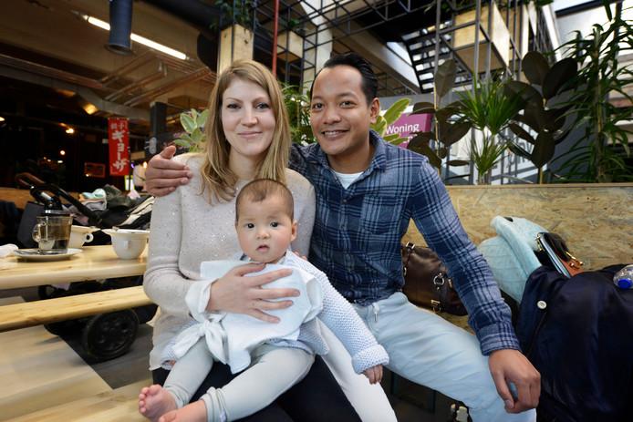 Charlotte Laarhuis en Mark Wolters met hun zoon Quin die op de foto mag voor Moodstreet by Kim Kötter.