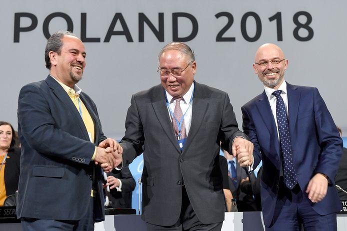 Hoofd van de Iraanse delegatie Majid Shafiepour Motlagh (links), de Chinese klimaatonderhandelaar Xie Zhenhua (midden) en COP24-voorzitter Michal Kurtyka (rechts)