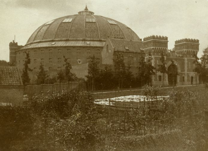De Koepelgevangenis in 1902. De wijk Lombok bestaat dan nog niet.