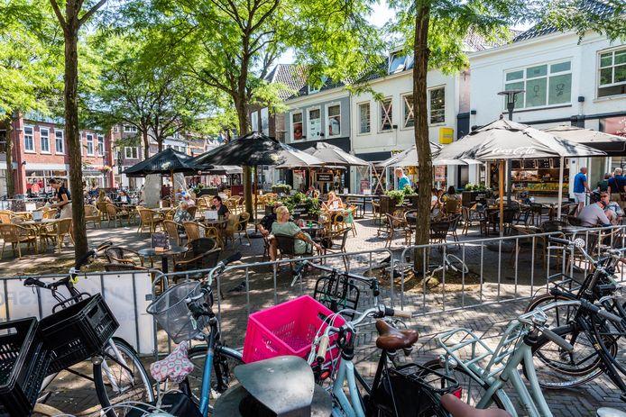 Op de nieuw ingerichte Varkensmarkt in Amersfoort moet de fietsenchaos weg en meer ruimte zijn voor groen en bankjes, in de stijl de wijk Montmartre in Parijs.