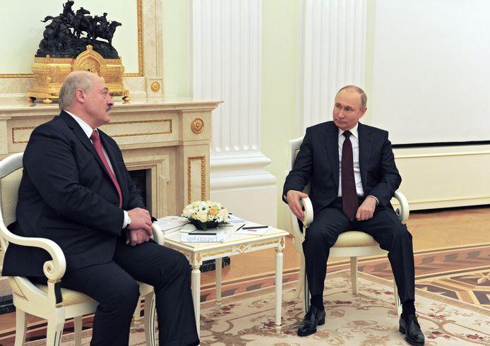 De Belarusssische president Aleksandr Loekasjenko (links) en zijn Russische collega Vladimir Poetin in gesprek.