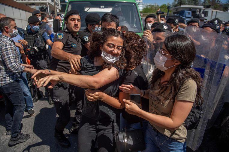 Deelnemers van een optocht bij de begrafenis van Ebru Timtik raken slaags met de politie. Beeld AFP