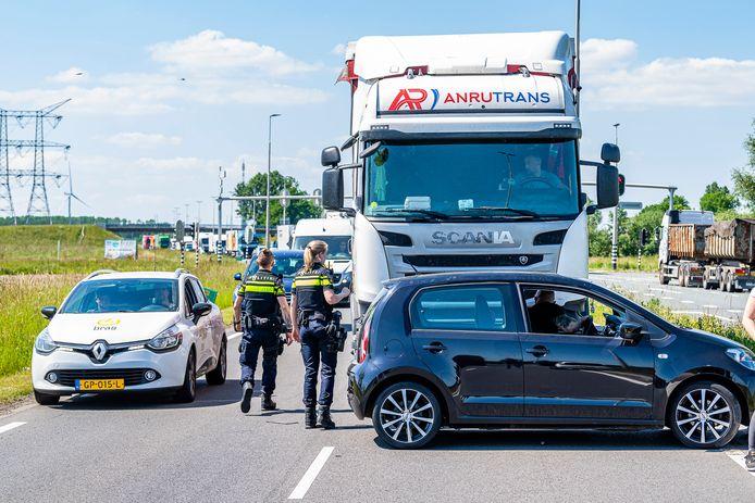 Vrachtwagen rijdt meters met auto tegen voorkant over Burg. Bechtweg in Tilburg.
