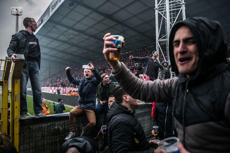 Antwerp-supporters leven zich uit in het Bosuil-stadion. De politie wil er strenger controleren op drugsgebruik. Beeld Bas Bogaerts
