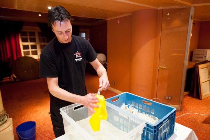 Knokke-Heist -- De kroonluchter van het Casino van Knokke is toe aan een poetsbeurt