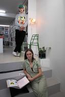 Hattie Parker en Teun Zwets bij hun werk in Motta Kunstboeken.