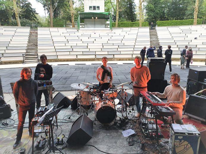 Saxofonist Andrew Claes, DJ Mixmonster Menno, drummer Lander Gyselinck en bassist Dries Layehe. Toetsenist Joris Caluwaerts wordt op de foto vervangen door manager Hendrik De Rycker.