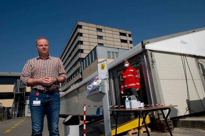 Joost Siegelaar, voorzitter van Huisartsen Regio Apeldoorn, doet een oproep aan de zo'n zesduizend patiënten in de regio Apeldoorn die deze of volgende week gevaccineerd zouden worden met AstraZeneca.