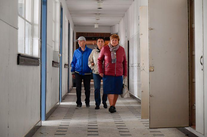 Marie-Jeanne Laureys (rechts) repeteerde vroeger toneel in een lokaal van de Abdijschool. Nu maakte ze met vrienden gebruik om ook de rest van het gebouw eens te verkennen.
