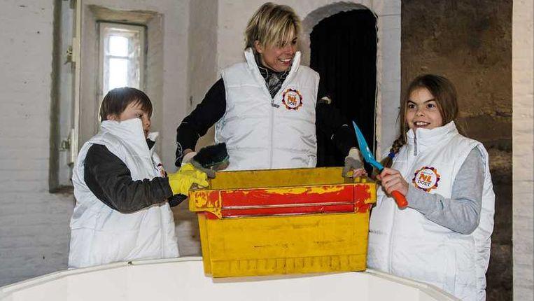 Prinses Laurentien en haar kinderen Claus (L) en Eloise (R) helpen mee met de grote schoonmaak in Museum De Gevangenpoort Beeld anp