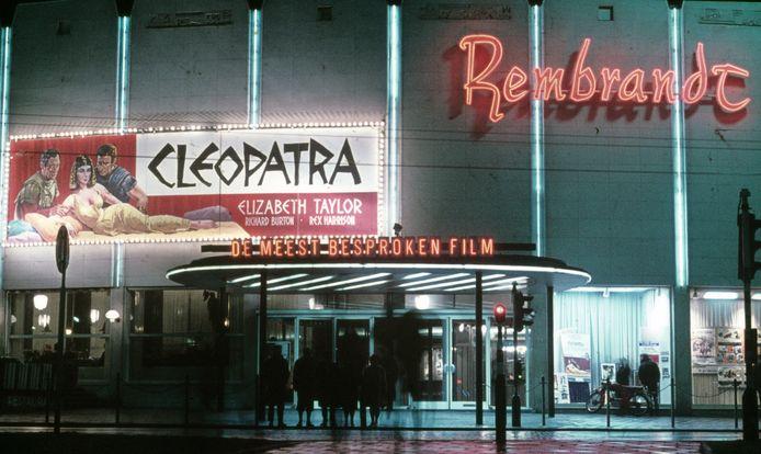 Het Rembrandt Theater tijdens de vertoning van de film 'Cleopatra' met Elizabeth Taylor in 1963.