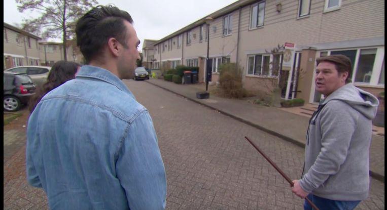 Martijn Krabbé wijst Daan en Caglayan, kandidaten in Kopen Zonder Kijken, op het feit dat hun nieuwe huis een hoekhuis is. Beeld Kopen Zonder Kijken/RTL