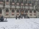 Middelburgers maken een sneeuwpop voor het stadhuis aan de Markt in Middelburg.
