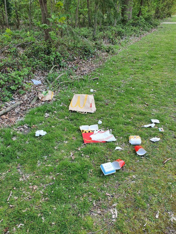 Verpakkingen van een maaltijd als zwerfvuil nabij de Karpendonkse plas in Eindhoven.