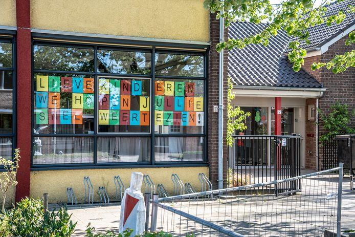 Een boodschap op het raam van een basisschool in Mook voor de leerlingen die niet naar school kunnen.