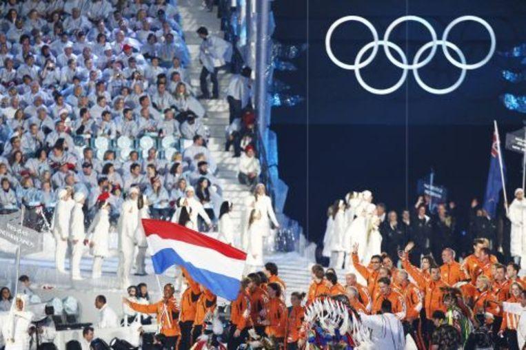 De Nederlandse olympische ploeg loopt als 58e land het BC Place in Vancouver binnen. In dat stadion werd de openingsceremonie van de 21e Winterspelen gehouden. Voor Nederland droeg bobsleeer Timothy Beck de rood-wit-blauwe vlag. ANP Beeld