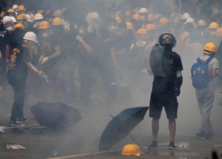 Demonstranten en de oproerpolitie in Hongkong.