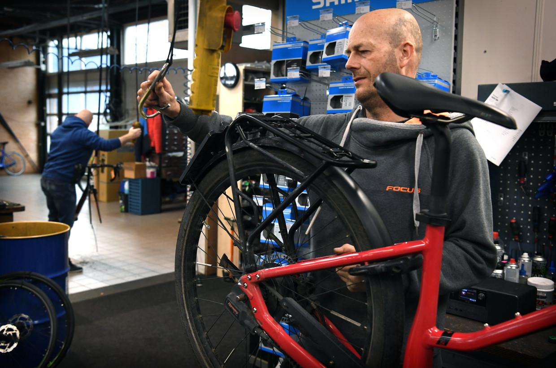 Corné van Dijk in zijn werkplaats in Breda.  Beeld Marcel van den Bergh / de Volkskrant