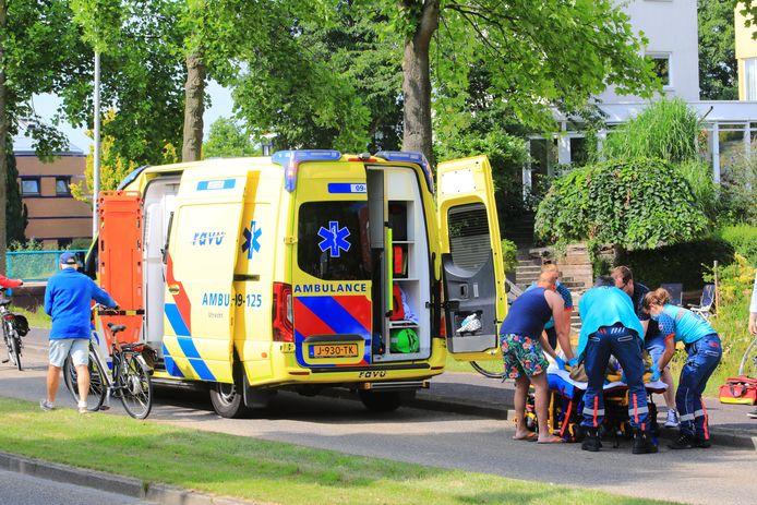 Hulpverleners ontfermen zich over de gewonde fietser.