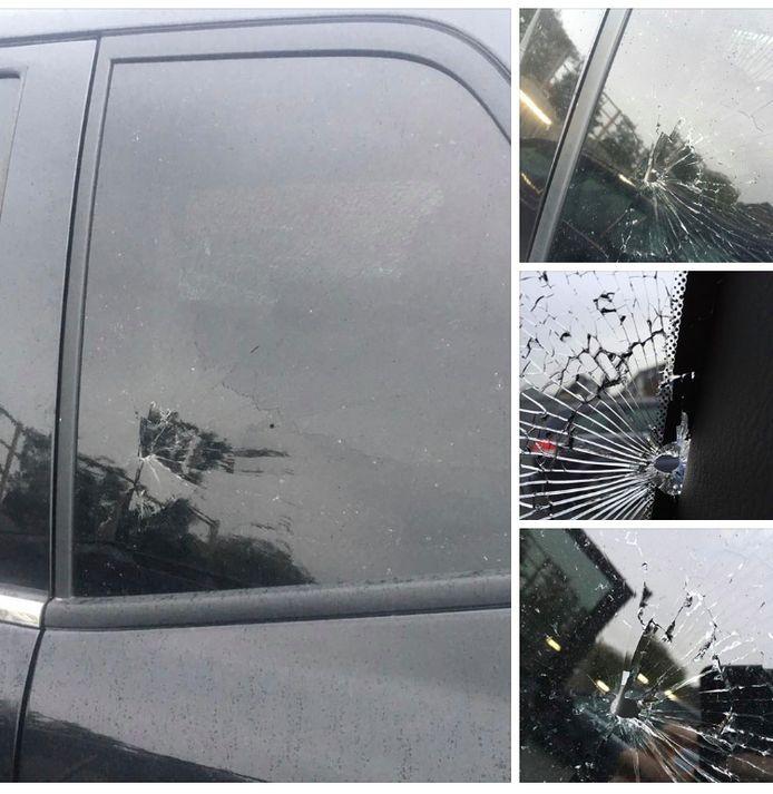 De ruit van de wagen van de Ninoofse vrouw raakte beschadigd.
