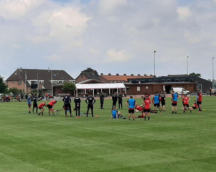 De selectie van Go Ahead Eagles na afloop van een van de trainingen in Terwolde.