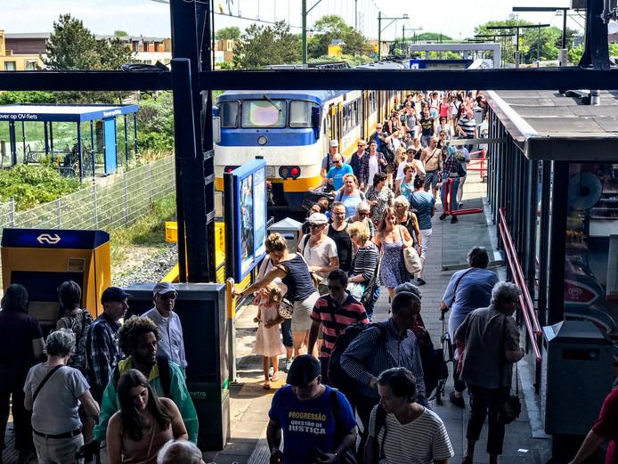 Het kleine monumentale stationnetje van Zandvoort raakt bij drukte al snel verstopt
