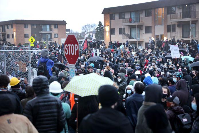 Protest aan het politiebureau in Brooklyn Center.