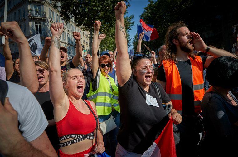 Afgelopen weekend werd door meer dan 100.000 mensen in heel Frankrijk gedemonstreerd tegen de nieuwe maatregelen, die door critici worden bestempeld als 'vaccinatie-apartheid'. Beeld Getty Images