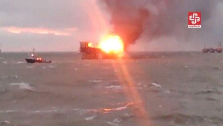 De verwoestende brand op een boorplatform in de Kaspische Zee Beeld reuters