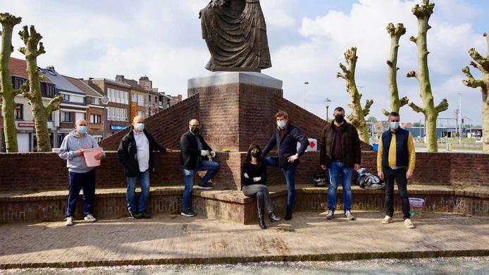 Schepen Francis Sanchez (N-VA), derde van links, kreeg heel wat hulp toen hij de graffiti ging opkuisen aan de standbeelden in het park.