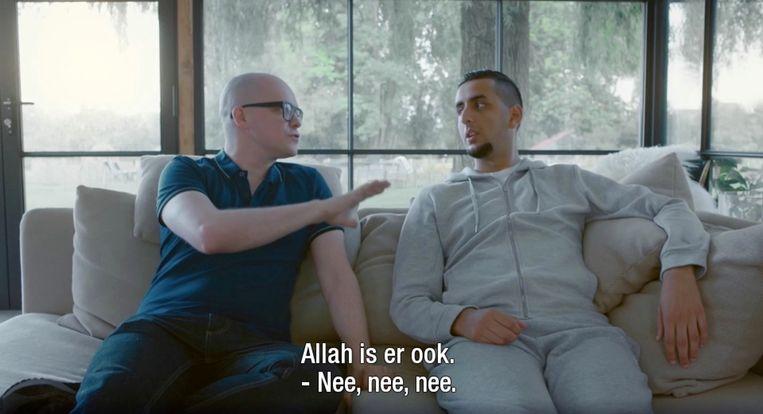 Philippe Geubels lacht in het Eén-programma Taboe niet met het islamitische geloof van Ilias. Beeld vrt