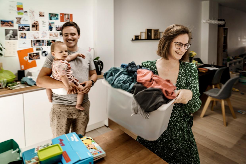 Vincent Verbist (30) is sinds het begin van de coronacrisis overdag alleen thuis met zijn dochter, een peuter van anderhalf. Zijn vrouw Annemie Willemen (32) gaat dan werken in het UZA.  Beeld Eric de Mildt