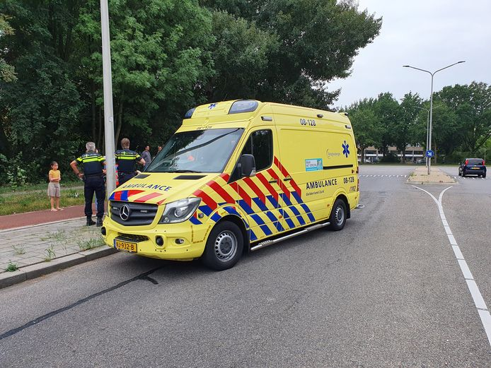 De ambulance neemt de zwangere vrouw ter controle mee naar het ziekenhuis.