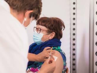 10.000ste vaccin in vaccinatiecentrum Sint-Truiden gaat naar Rachelle (71) uit Brustem